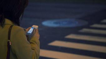 Cidade no Japão proíbe andar usando celular em vias públicas