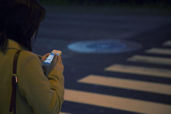 mulher andando com celular na rua