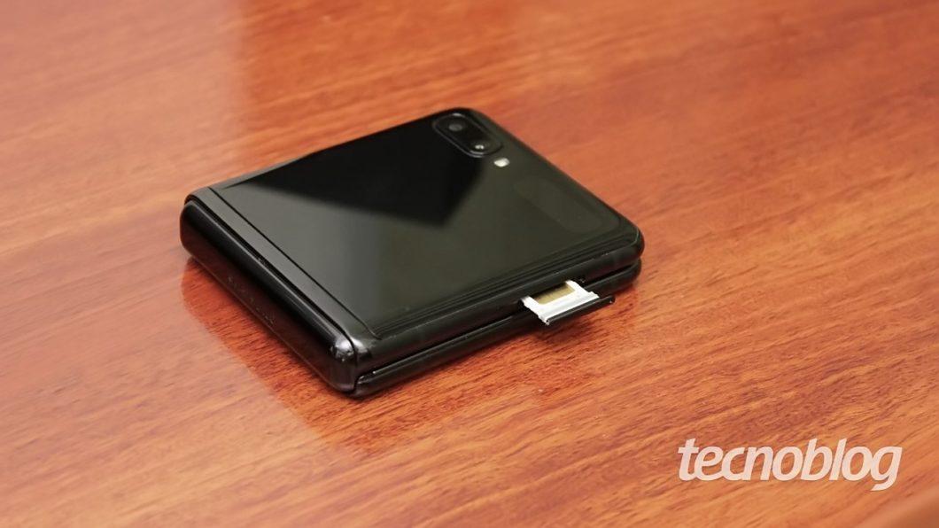 À esquerda está a gaveta para o SIM card (mas o Z Flip também suporta eSIM)