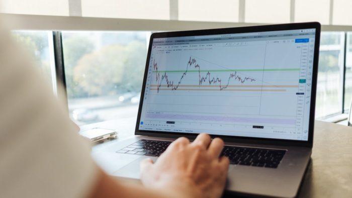 B3 e Totvs criam empresa de tecnologia financeira Dimensa (Foto: Jason Briscoe/Unsplash)
