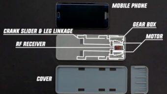 Capa de celular com pernas robóticas rasteja até carregador sem fio