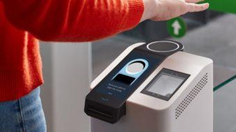 Amazon One lê palma da mão para fazer pagamentos