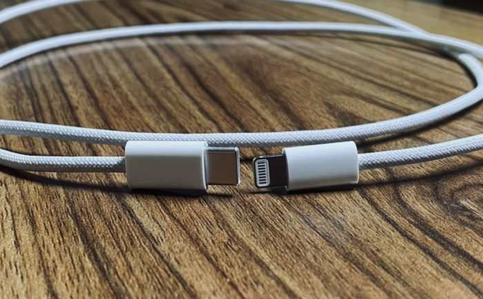 Apple's reinforced cable for iPhone 12 appears in new photos (Photo: Reproduction / Twitter / @ laobaiTD)