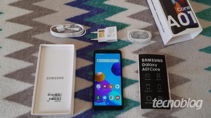 Kit (caixa) com os acessórios do Galaxy A01 Core