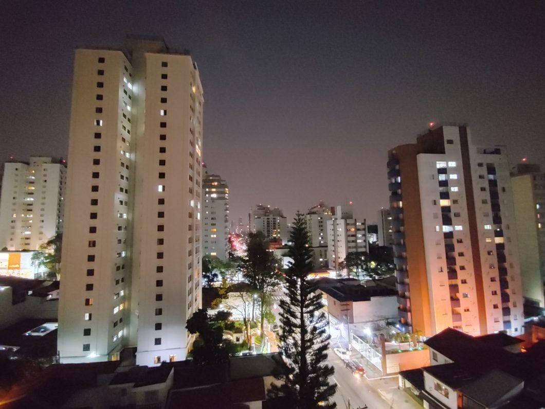Foto noturna tirada com a câmera ultrawide do LG Velvet (Imagem: Paulo Higa/Tecnoblog)
