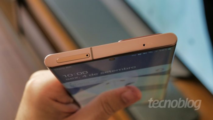 No Samsung Galaxy Note 20 Ultra, a bandeja fica no topo (Imagem: Paulo Higa/Tecnoblog)