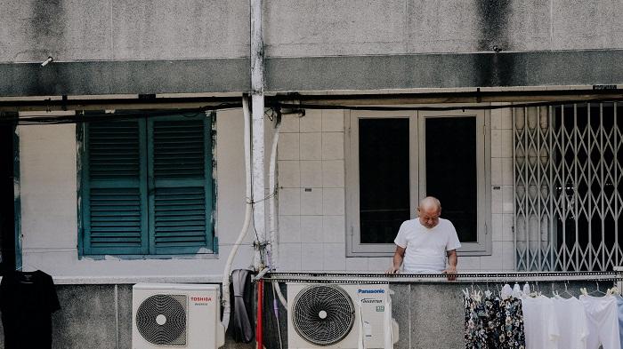 Idoso com aparelhos de ar-condicionado (Imagem: Dang Quang/Unsplash)