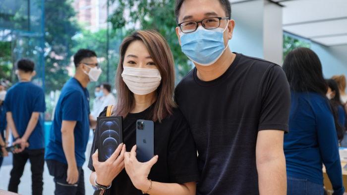 Clientes do iPhone 12 Pro na Apple Store de Singapura (Imagem: Divulgação/Apple)