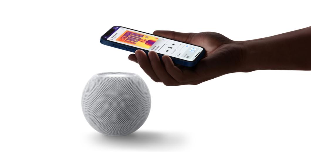 HomePod Mini e iPhone 12 - Aproximação (Imagem: Divulgação/Apple)