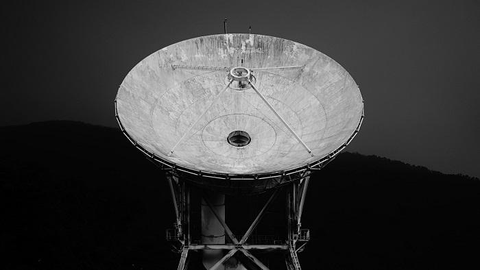 Antena de Banda C (imagem: Galen Crout/Unsplash)
