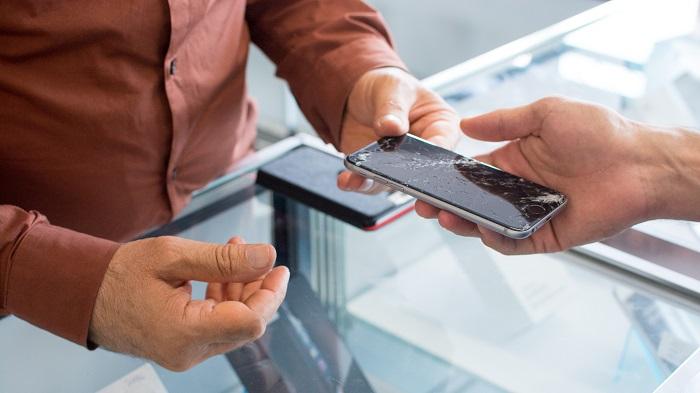 Smartphone quebrado (Imagem: PR Media/Unsplash)