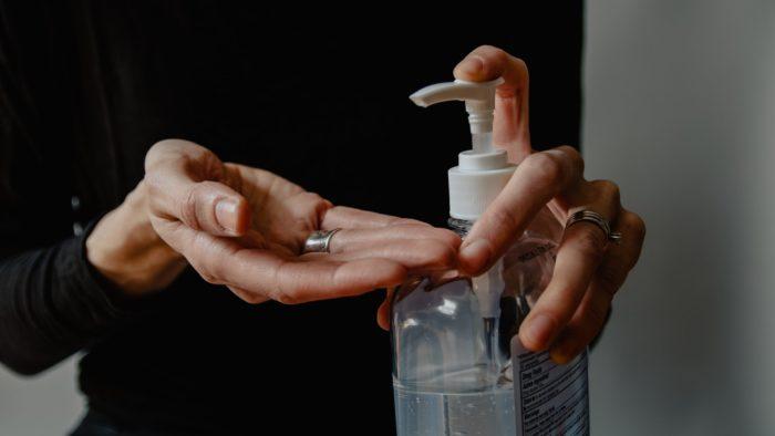 Álcool em gel: item reduz a transmissão do vírus e a contaminação cruzada (Imagem: Kelly Sikkema/Unsplash)