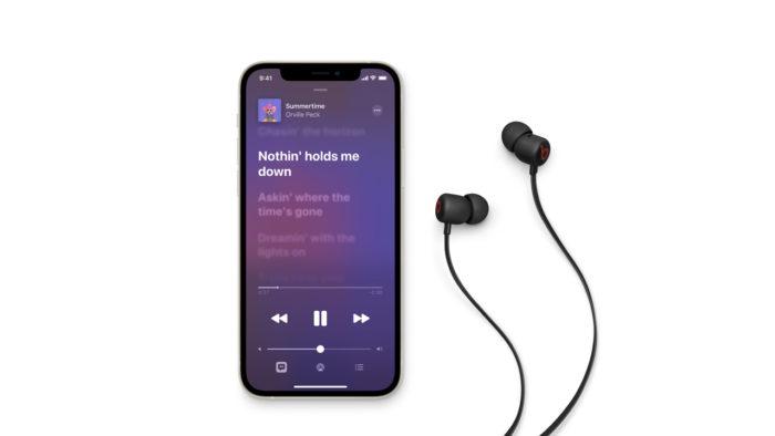 Beats Flex e iPhone 12. (Imagem: Divulgação/Beats)