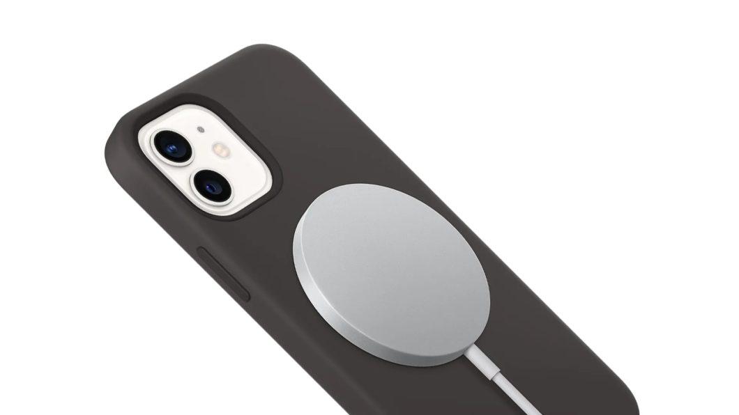 Carregador MagSafe no iPhone 12 (Imagem: Divulgação/Apple)