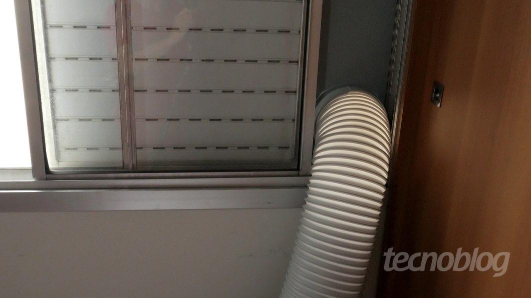 Tem uma mangueirona ali para tirar o ar quente (Imagem: Paulo Higa/Tecnoblog)