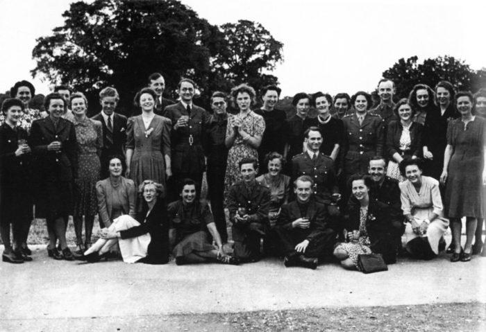 Celebração em Bletchley Park, em 1945 (Imagem: Divulgação/Bletchley Park Trust)