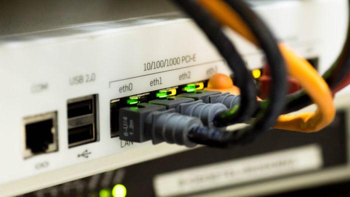 Switch de rede e cabos (Imagem: Martinelle/Pixabay) / como descobrir o mac do pc