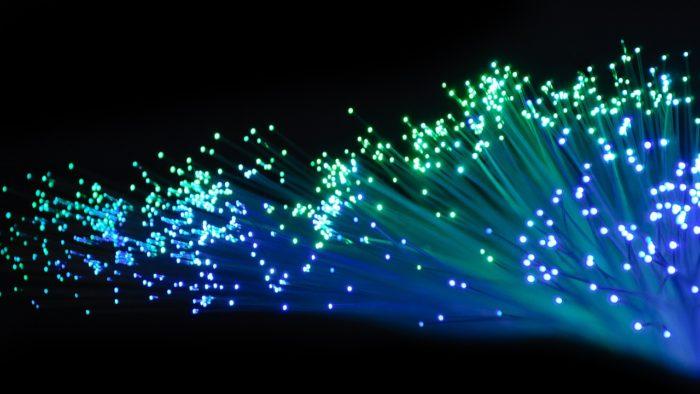 Fibra Óptica iluminada. (Imagem: Visor69/Pixabay)