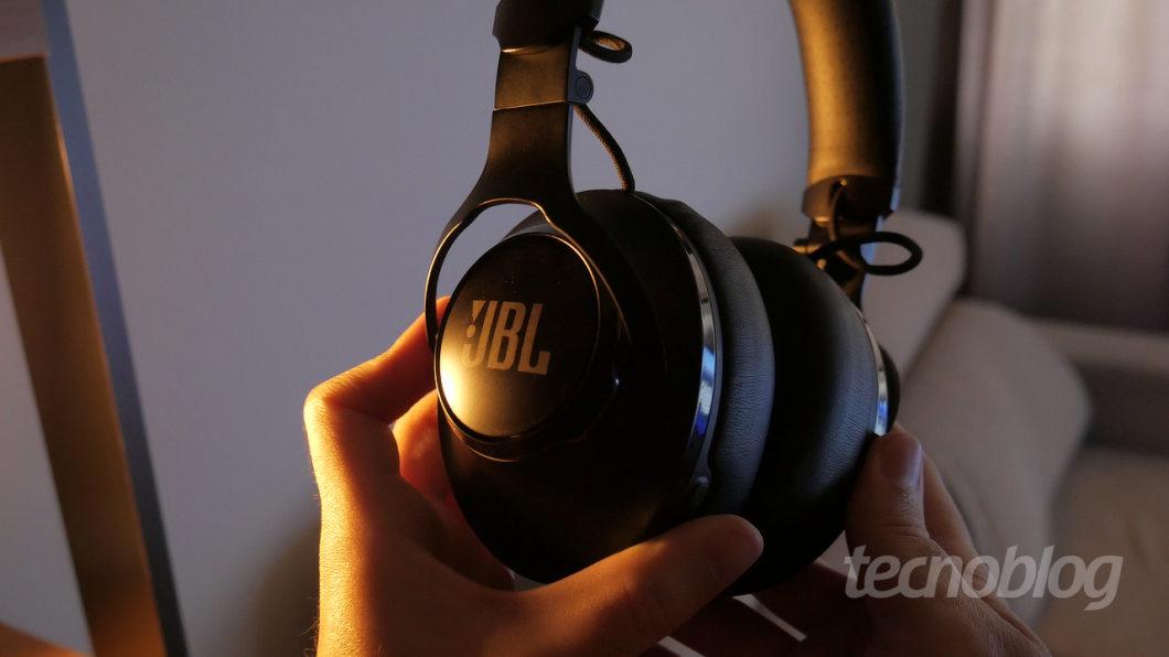 JBL Club 950NC phone (Image: Paulo Higa / Tecnoblog)