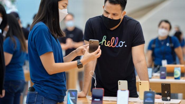 iPhone 12 e 12 Pro na Apple Store (Imagem: Divulgação/Apple)