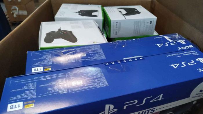 PS4 e controles do Xbox One (Imagem: Divulgação/RFB)