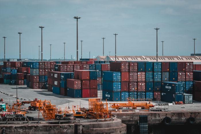 Porto com containers empilhados (Imagem: Pexels/Samuel Wölfl)