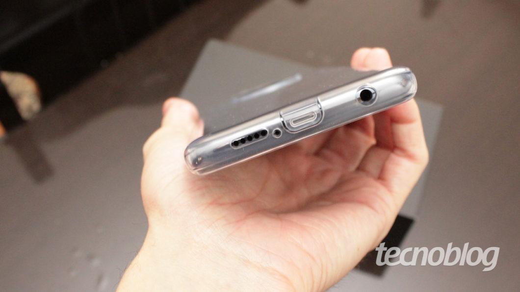 Repare que a capinha também protege a porta USB-C (imagem: Tecnoblog/Emerson Alecrim)