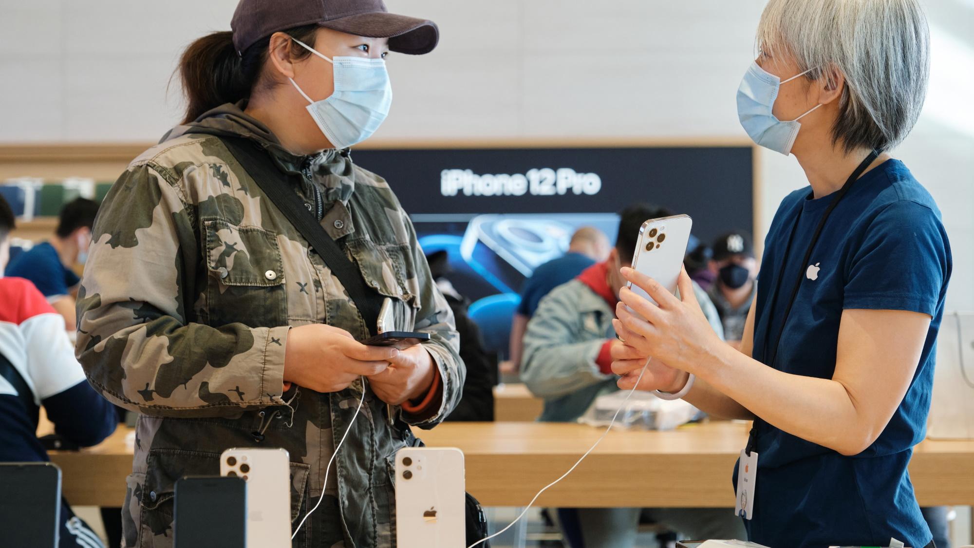 Clientes testam iPhone 12 Pro Max na China (Imagem: Divulgação/Apple)