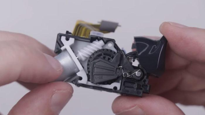 Gatilho adaptável do DualSense (Imagem: TronicsFix/Sony)