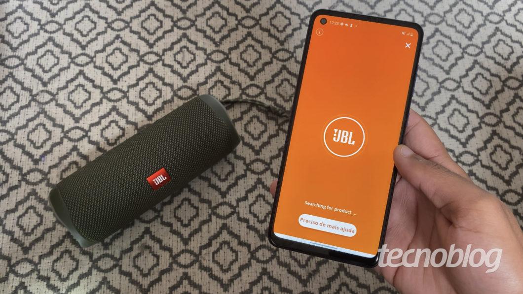 JBL Flip 5 e aplicativo JBL Connect (Imagem: Darlan Helder/Tecnoblog)