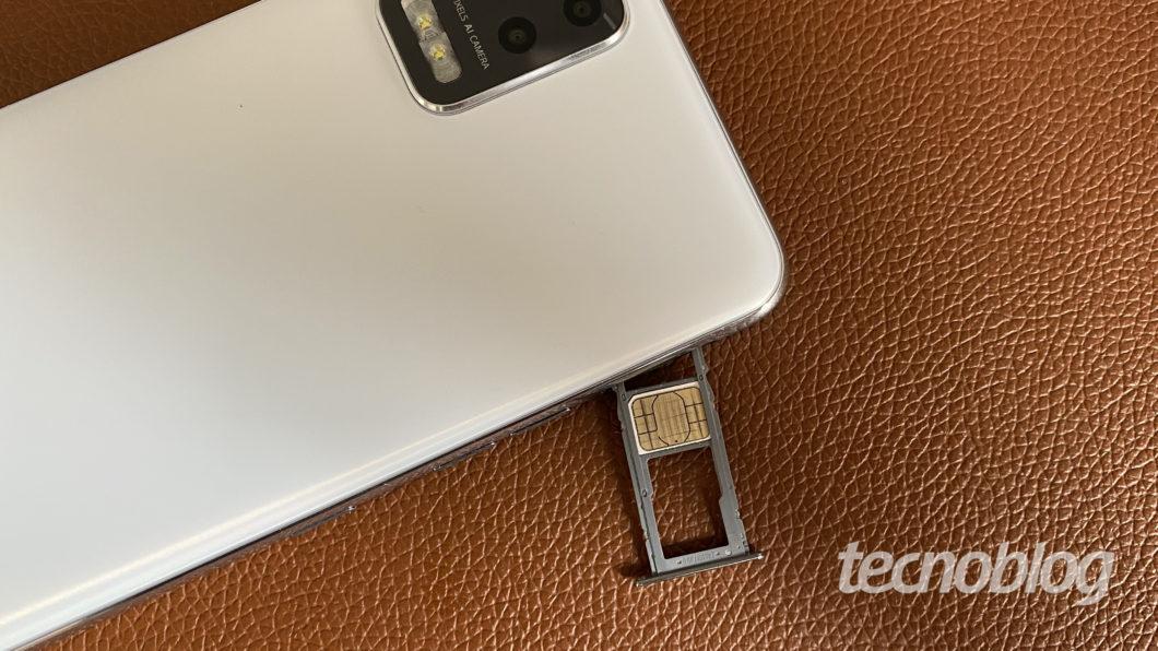 LG K62 + with tray and nano-SIM card (Image: Darlan Helder / Tecnoblog)
