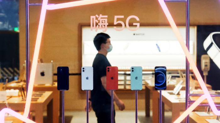 iPhone 12 com 5G em loja na China (Imagem: Divulgação/Apple)
