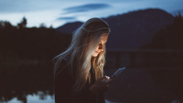 Celular pode ser e-reader (Imagem: Becca Tapert/Unsplash)