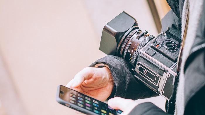 O celular pode ser sua segunda câmera (Imagem: Eugene Zhyvchik/Unsplash)