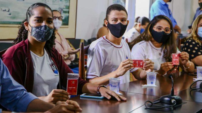 Alunos recebem chip da Claro para estudar em casa (Imagem: Divulgação/Governo do Piauí)
