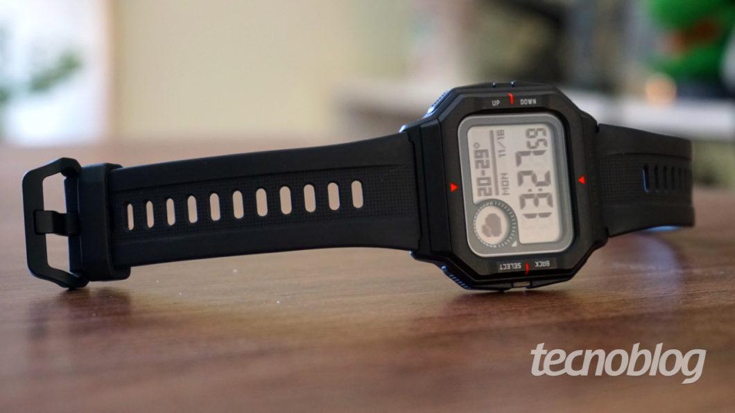 Amazfit Neo tem pulseira que não sai facilmente (Imagem: André Fogaça/Tecnoblog)