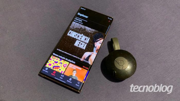 Apple Music e Google Chromecast de 2ª geração (Imagem: Ronaldo Gogoni/Tecnoblog)