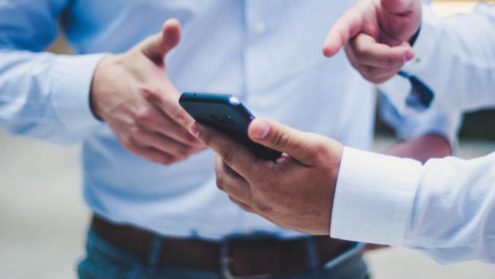 Alguns passos devem ser seguidos antes de vender um celular usado (Imagem: Luis Villasmil/Unsplash)