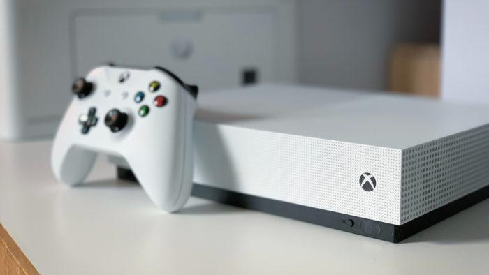 Xbox One S e controle (Imagem: Louis-Philippe Poitras/Unsplash)