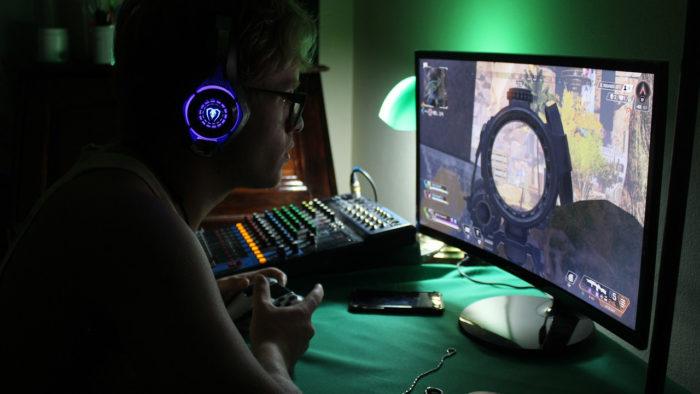 Gamer jogando PS4 (Imagem: ianvanderlinde/Pixabay) / O que é input lag