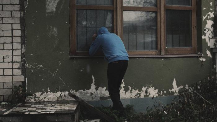 Homem espiando pela janela (Imagem: lechenie-narkomanii/Pixabay) / facebook stalker