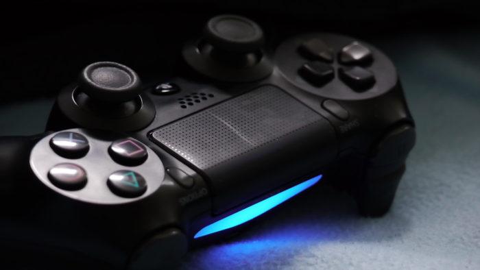 Controle DualShock 4 (Imagem: tdraehne/Pixabay) / o que é jogo conjunto no ps4