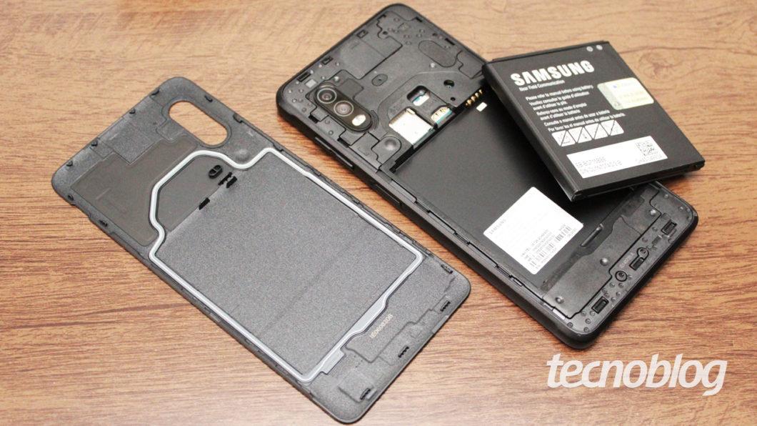 """O XCover Pro """"desmonta"""" (imagem: Emerson Alecrim/Tecnoblog)"""