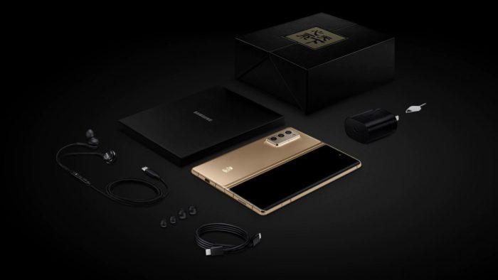Samsung W21 traz carregador e fone de ouvido na caixa (Imagem: Divulgação/Samsung)
