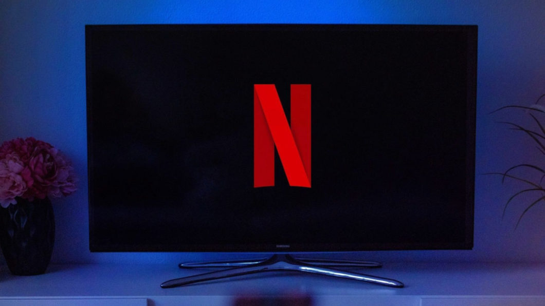 TV com logo da Netflix (Imagem: David Balev/Unsplash)