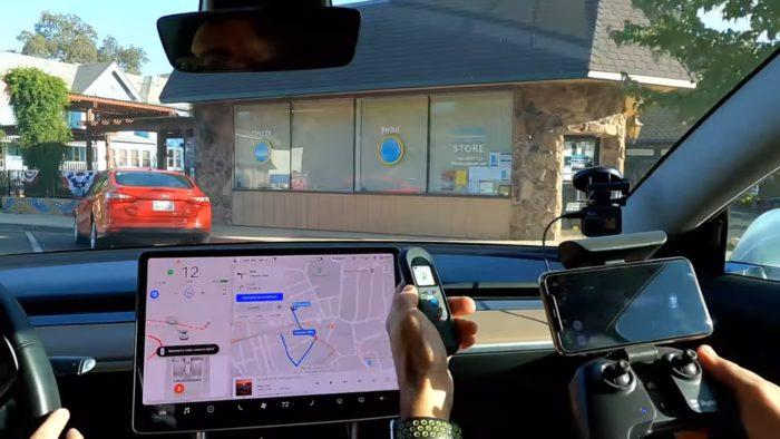 Tesla quase base em um carro estacionado (imagem: YouTube/Brandon M)