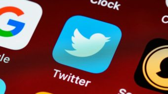 """CEO do Twitter leva """"bronca"""" por tuitar em audiência no Congresso dos EUA"""