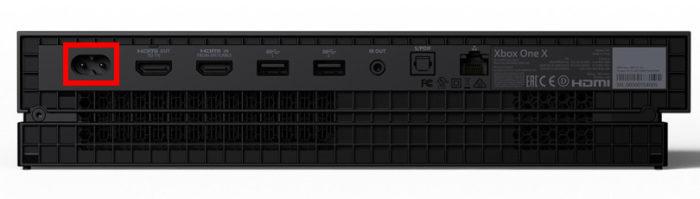 No destaque, porta de energia do Xbox One X (Imagem: Divulgação/Microsoft)