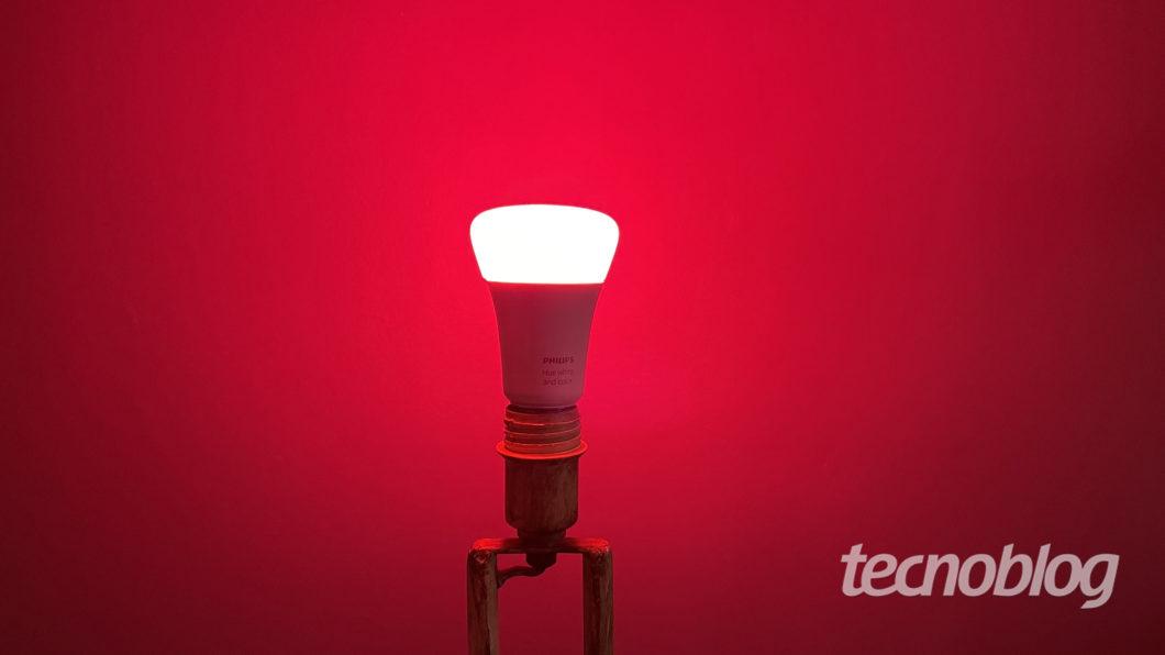 Smart Lâmpada Philips Hue em vermelho (Imagem: Darlan Helder/Tecnoblog)