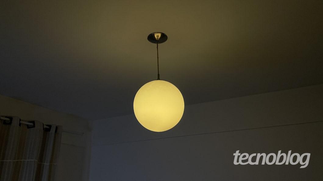 Smart Lâmpada Philips Hue em amarelo (Imagem: Darlan Helder/Tecnoblog)